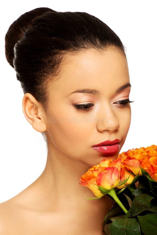 Femme africaine de beauté avec des roses photos libres de droits