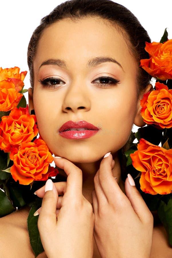 Femme africaine de beauté avec des roses photo libre de droits