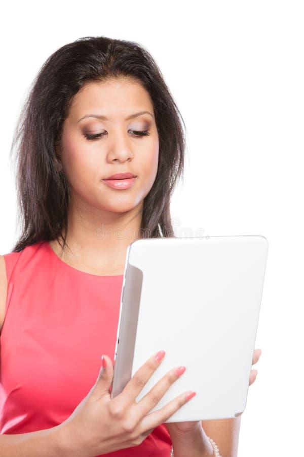 Femme africaine de métis à l'aide du comprimé de PC images libres de droits