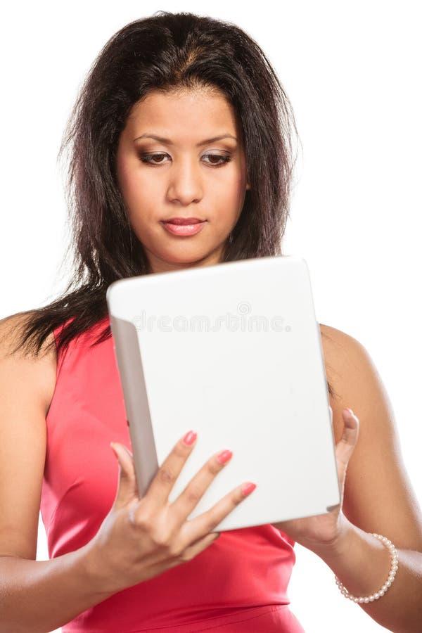 Femme africaine de métis à l'aide du comprimé de PC image stock
