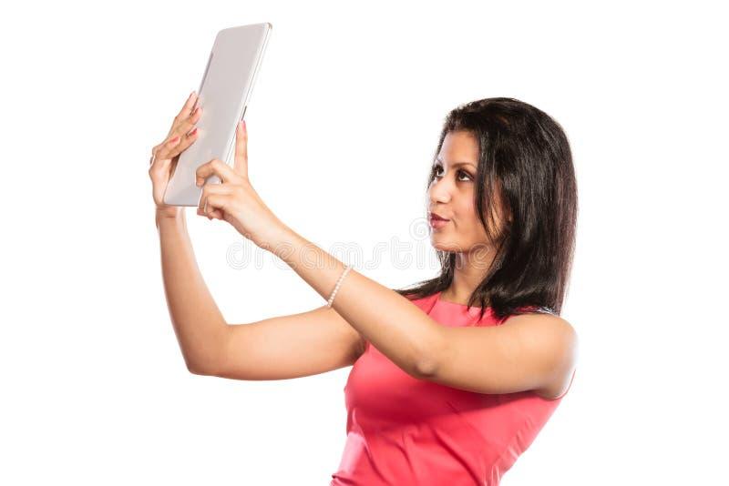 Femme africaine de métis prenant la photo d'individu de selfie image libre de droits