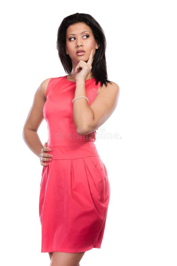 Femme africaine de métis songeur dans la robe rouge photos stock