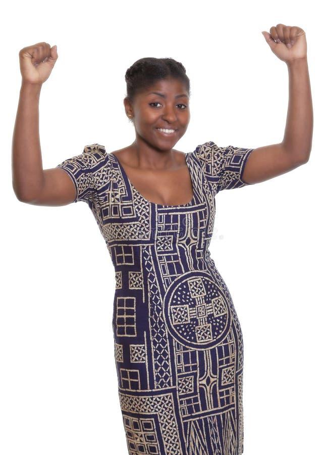 Femme africaine encourageante avec les vêtements traditionnels images libres de droits