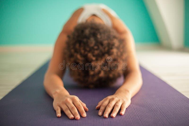 Femme africaine faisant le yoga images stock