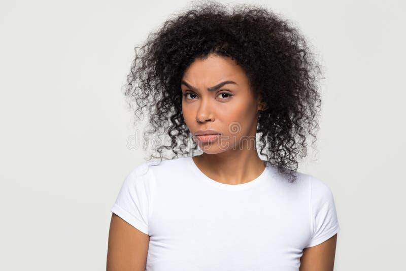 Femme africaine méfiante avec le visage méfiant regardant la caméra images stock