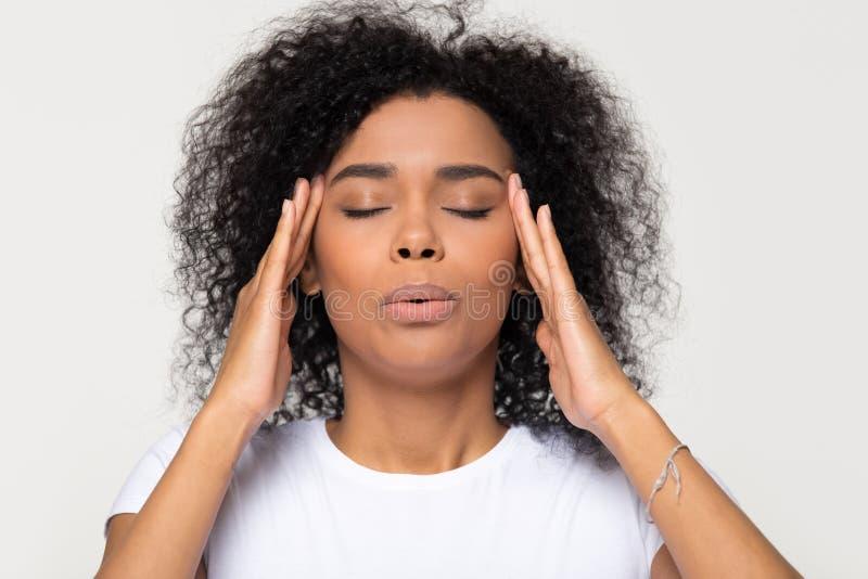 Femme africaine nerveuse respirant calmant vers le bas l'essai de soulager l'effort photo stock