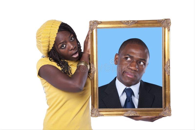 Femme africaine retenant une verticale d'un homme d'affaires photos libres de droits