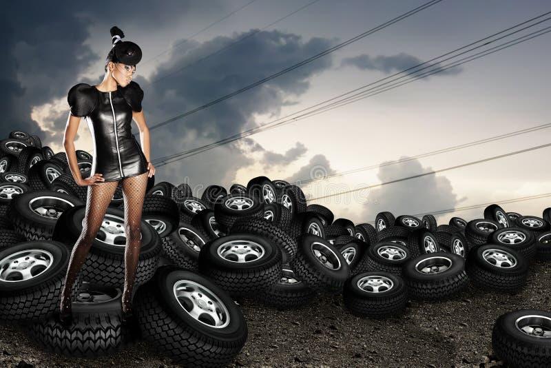 Femme africaine sur des pneus images stock
