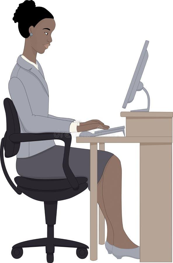 Femme africaine travaillant sur l'ordinateur photo libre de droits