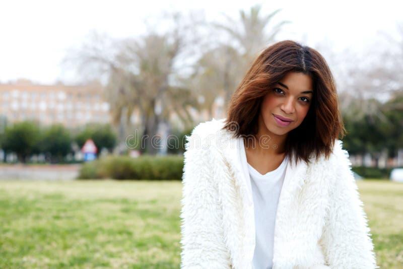 Femme afro-américaine avec des cheveux de brune avec l'espace de copie pour votre message textuel par le côté photographie stock