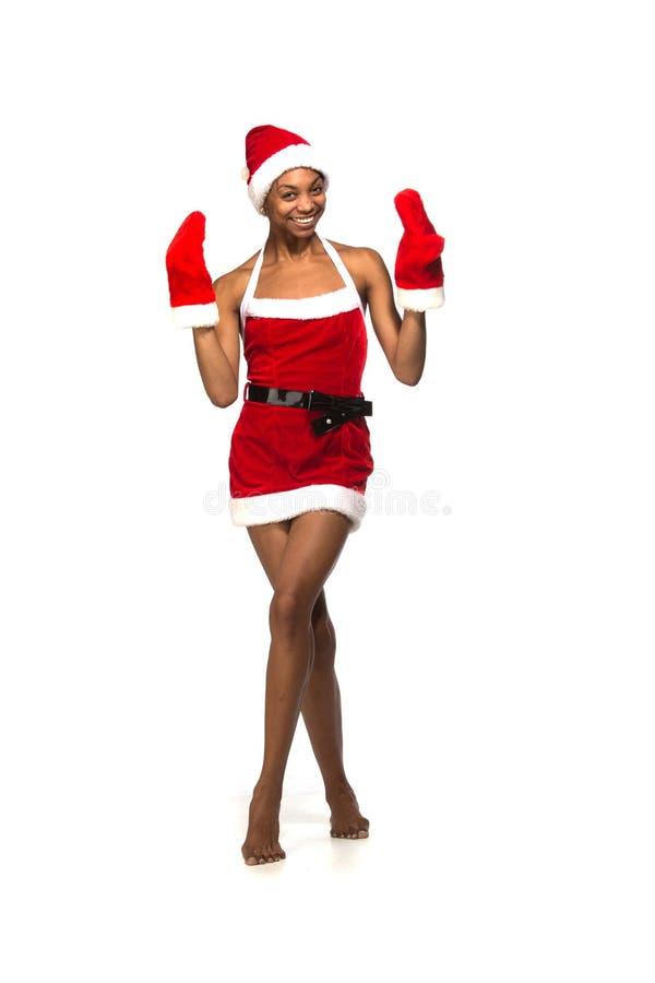 Femme afro-américaine de Noël portant un sourire de chapeau de Santa images stock
