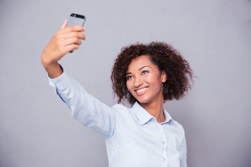 Femme afro-américaine de sourire faisant la photo de selfie images libres de droits