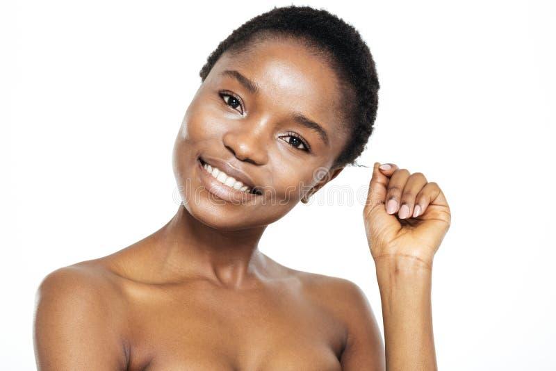 Femme afro-américaine de sourire regardant l'appareil-photo images libres de droits