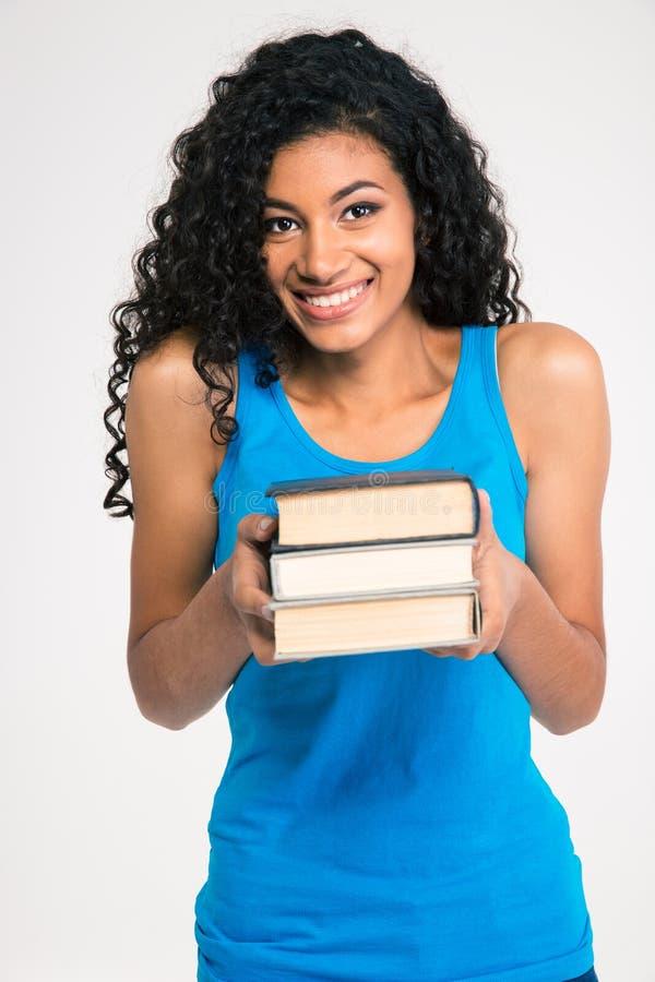 Femme afro-américaine de sourire tenant le livre photos stock