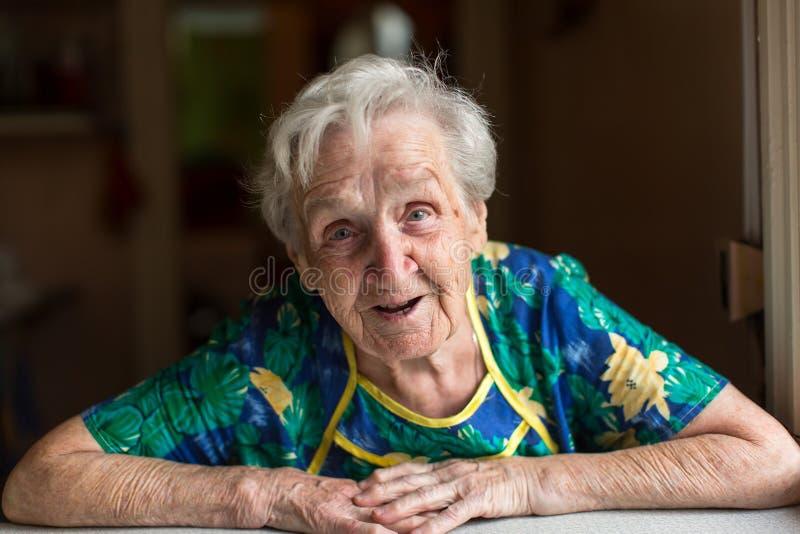 Femme agée émotive de portrait heureux image libre de droits