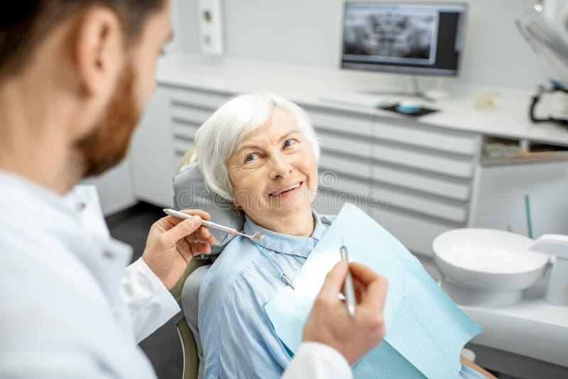 Femme agée au cours de l'examen médical avec le dentiste photo libre de droits