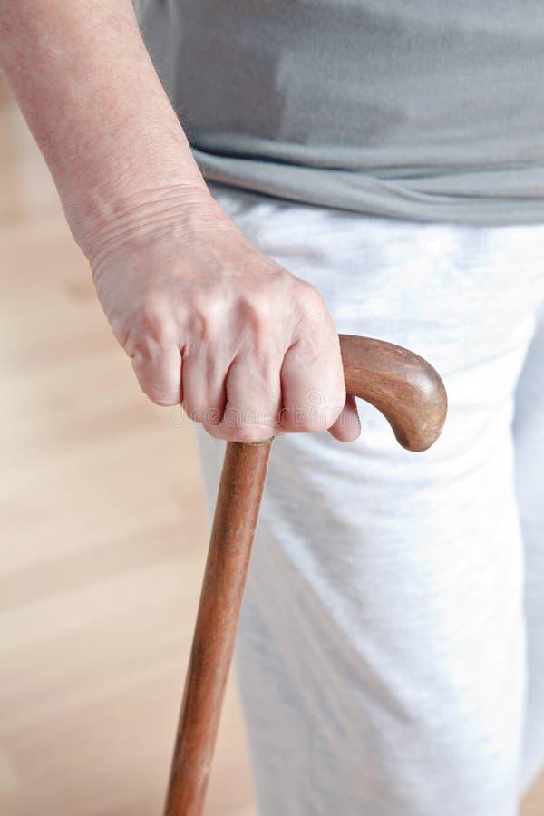Femme agée avec le bâton de marche photos libres de droits