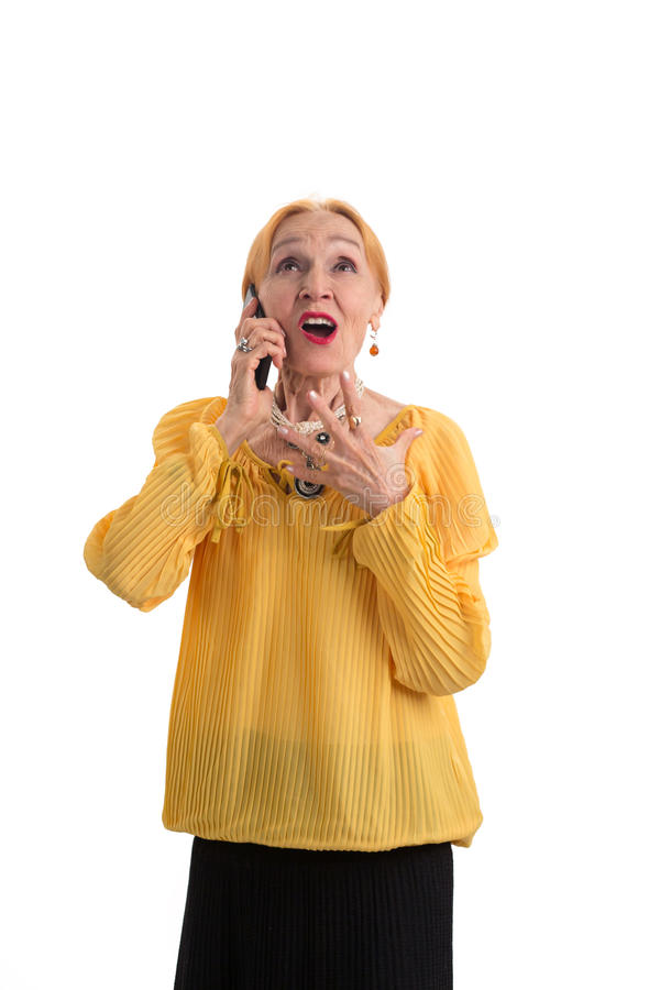 Femme agée avec le téléphone d'isolement photo stock