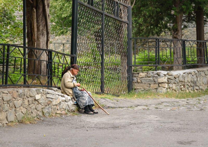 Femme agée azerbaïdjanaise s'asseyant sur des roches photographie stock