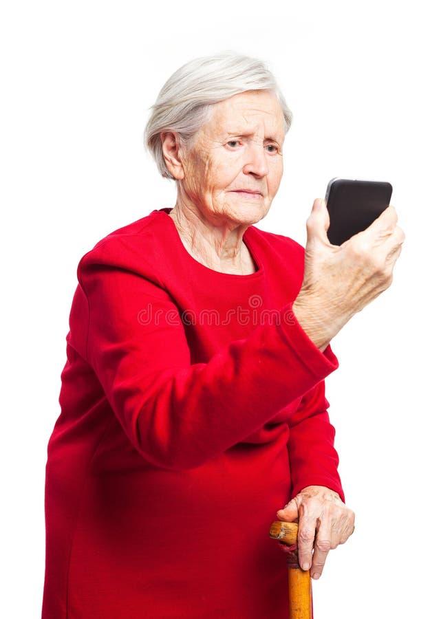 Femme agée bouleversée employant le mobile d'écran tactile images libres de droits
