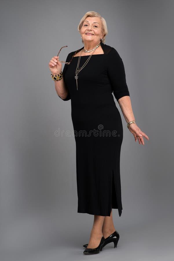 Femme agée dans des vêtements élégants images libres de droits