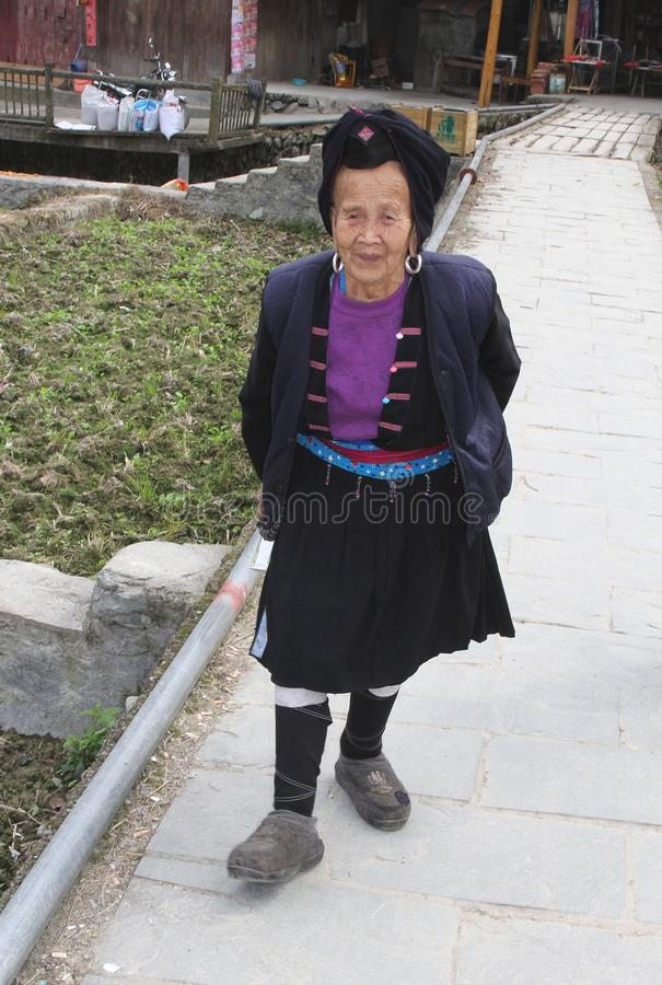 Femme agée de la tribu de colline de Yao dans le costume traditionnel dans Longsheng en Chine photographie stock libre de droits