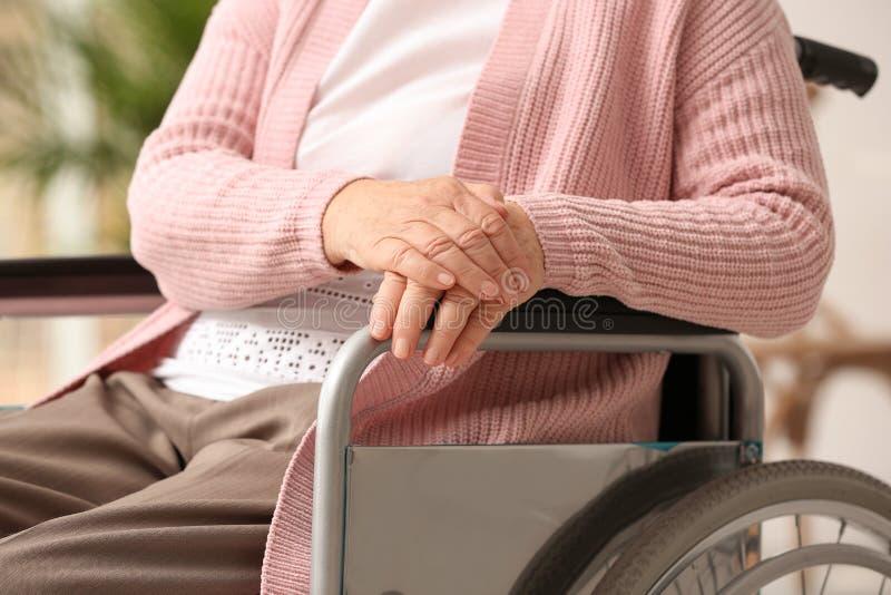 Femme agée handicapée dans la maison de repos Assistance de la génération supérieure photographie stock libre de droits