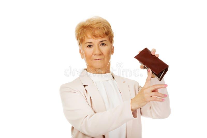 Femme agée inquiétée avec le portefeuille vide image libre de droits