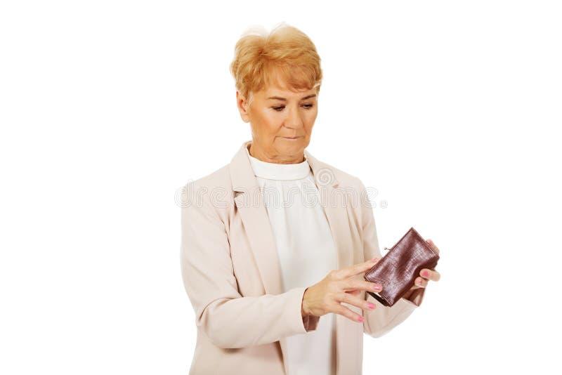 Femme agée inquiétée avec le portefeuille vide images libres de droits