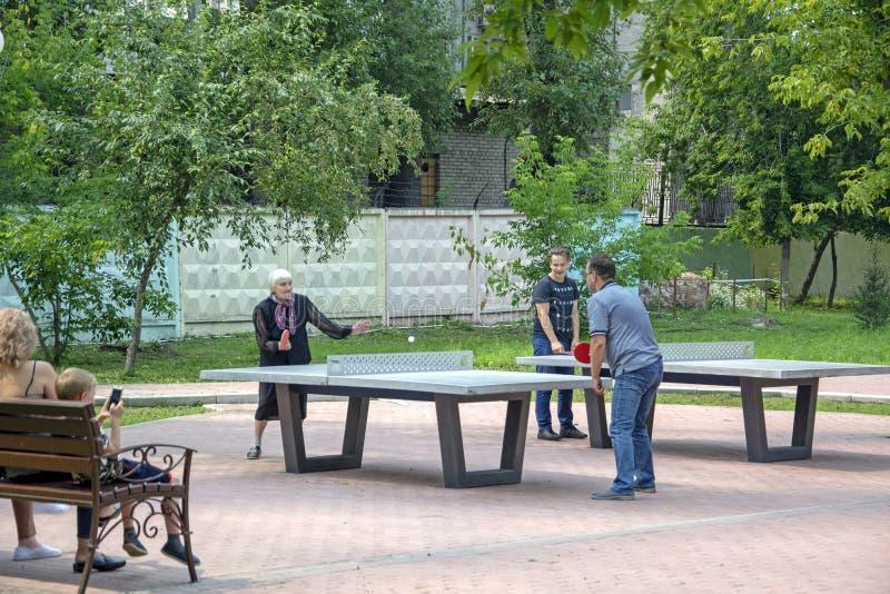 Femme agée jouant au ping-pong avec sa famille images libres de droits