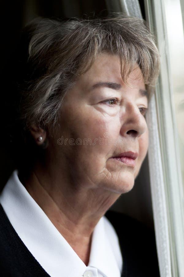 Femme agée perdue dans la pensée photo libre de droits