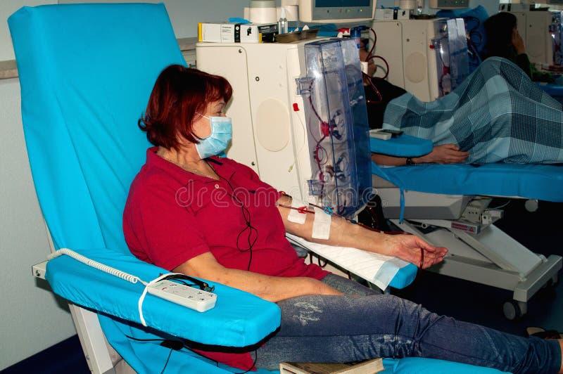 Femme agée sur la dialyse dans l'hôpital photographie stock