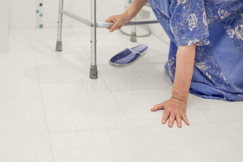 Femme agée tombant dans la salle de bains, surfaces glissantes photos stock