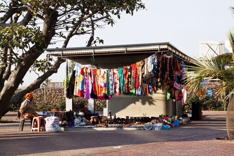 Femme agée vendant des marchandises à la stalle de rue photos libres de droits