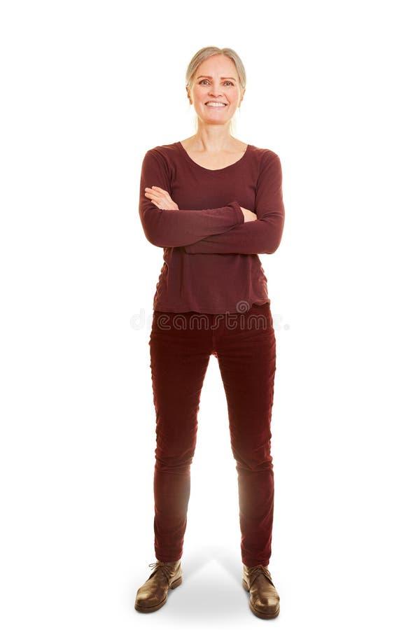 Femme ag?e avec les bras crois?s image stock