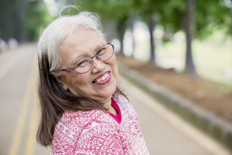 Femme ag?e souriant ? l'appareil-photo photo libre de droits