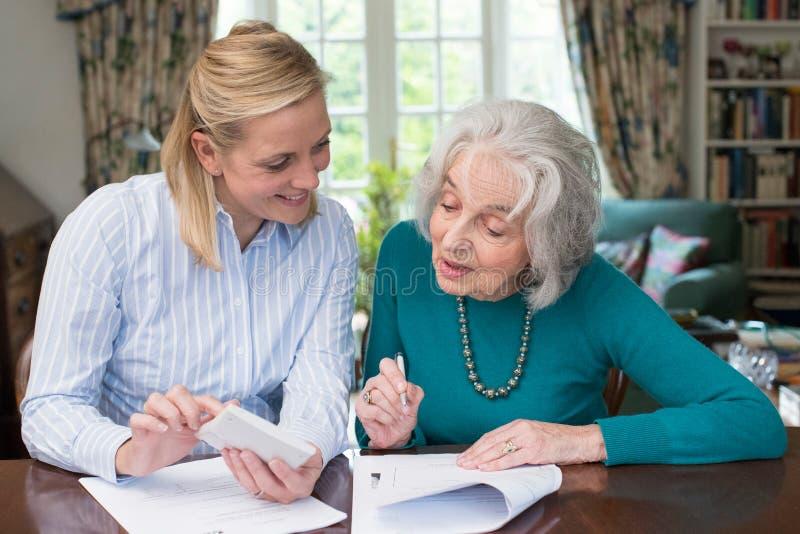 Femme aidant le voisin supérieur avec des écritures image stock