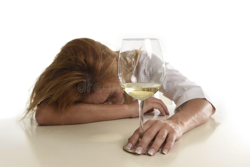 Femme alcoolique gaspillée et déprimée blonde caucasienne buvant désespéré en verre de vin blanc bu photos libres de droits