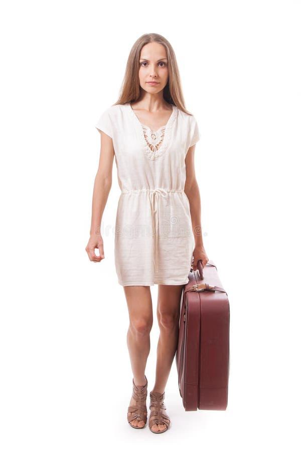 Femme allant avec la valise lourde, d'isolement sur le blanc photographie stock libre de droits