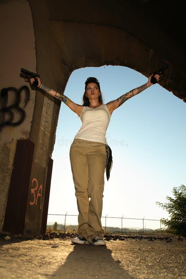 Femme alternatif avec des pistolets photographie stock libre de droits