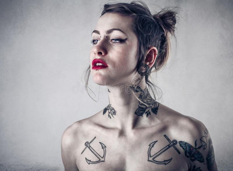 Femme alternative avec un bon nombre de tatouages photos stock