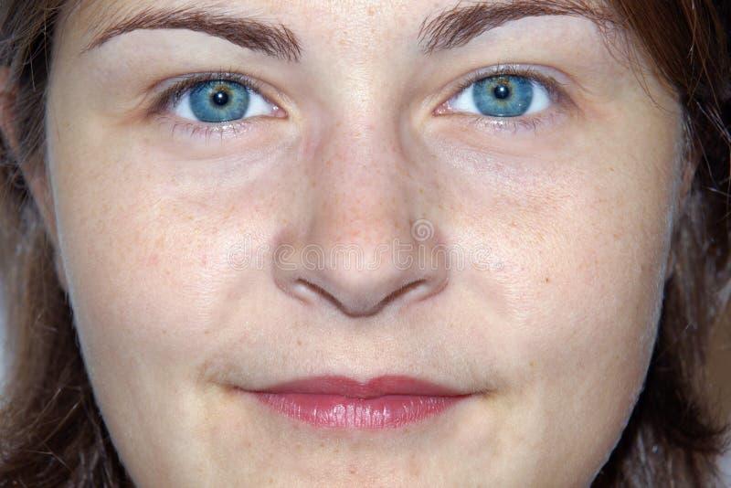 Femme amical d oeil renversant jeune