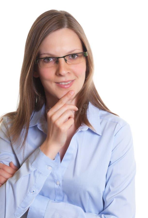 Femme amicale avec des verres regardant l'appareil-photo photographie stock libre de droits