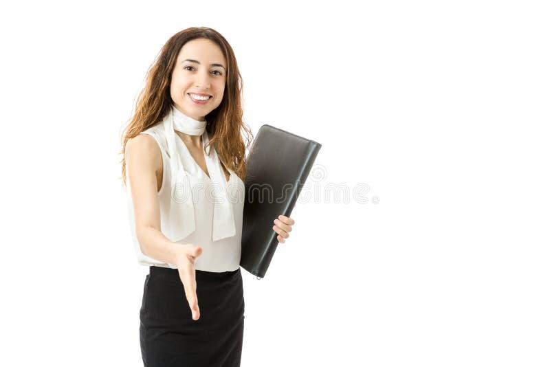 Femme amicale d'affaires donnant la secousse de main photographie stock libre de droits