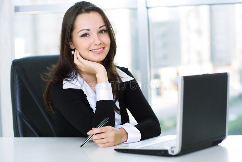 Femme amicale de sourire d'affaires images stock