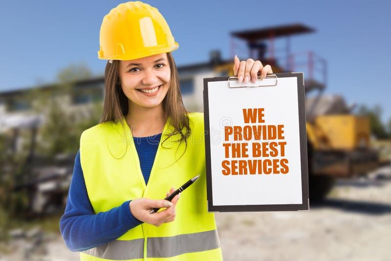 Femme annonçant l'entreprise de construction photo libre de droits