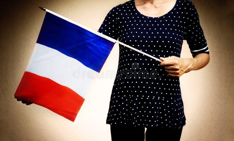 Femme anonyme avec le drapeau français images stock
