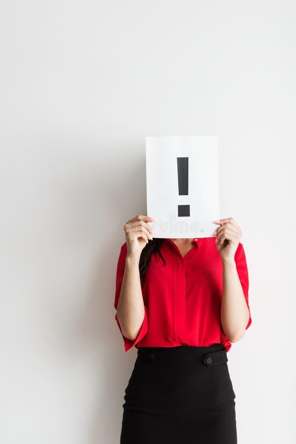 Femme anonyme d'affaires tenant un marqueur d'exclamation photos libres de droits