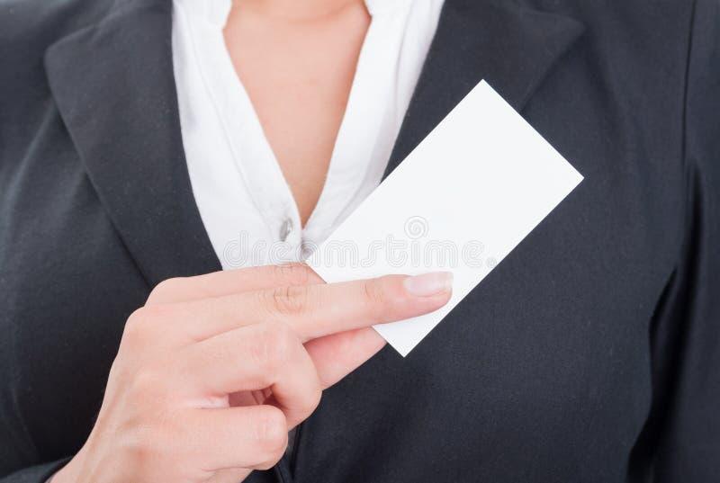 Femme anonyme d'affaires tenant une carte de visite professionnelle vierge de visite photo stock