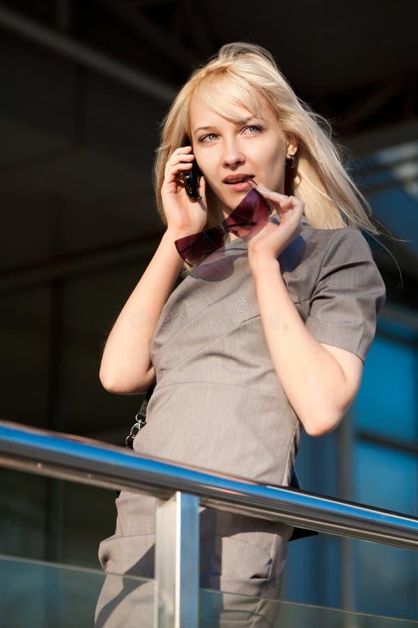 Femme appelant par le téléphone photographie stock libre de droits